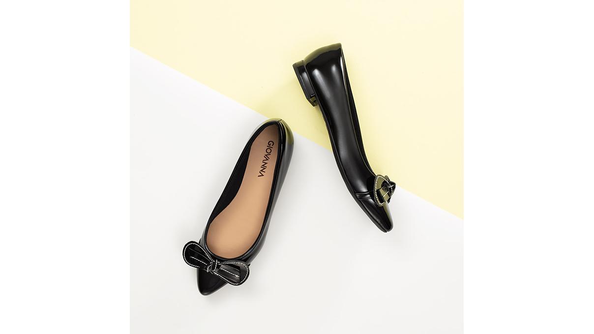 Nada mais certeiro do que o combo verniz, sapatilha e preta, não é mesmo? Você encontra na Liquida Leve Mais #GiovannaCalçados! | Sapatilhas a partir de R$ 19,99.
